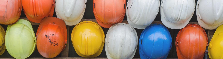 Helme von Bauarbeitern